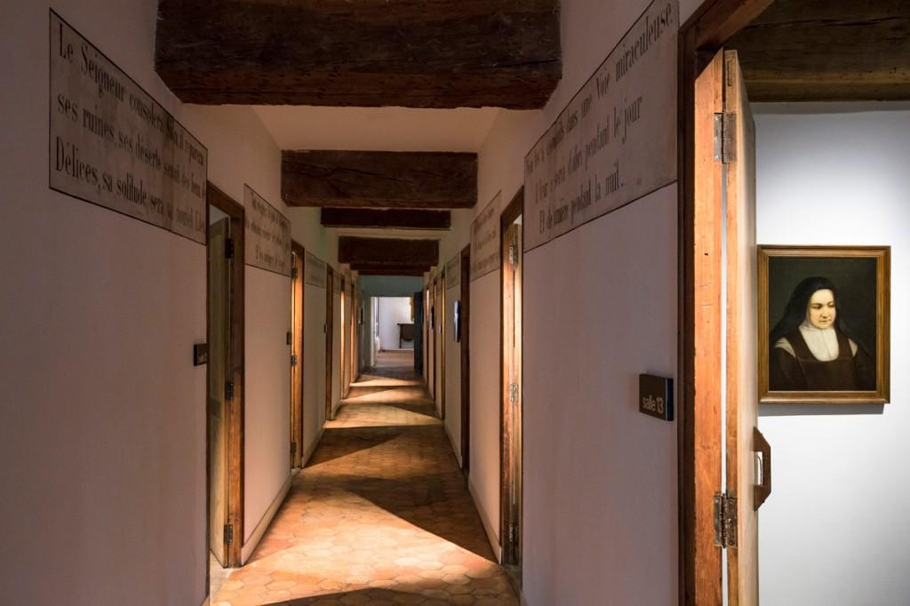 Au long d'interminables couloirs, les cellules des carmélites