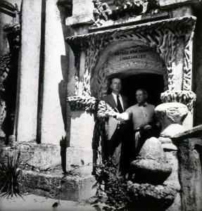 Dora Maar, Picasso et Eluard à l'entrée du Palais idéal du Facteur Cheval (1937) © ADAGP, Paris 2015 / I. Andréani