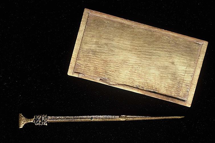 Tablette à écrire en ivoire et stylet en alliage cuivreux (XIV-XVe siècle) © Document UASD