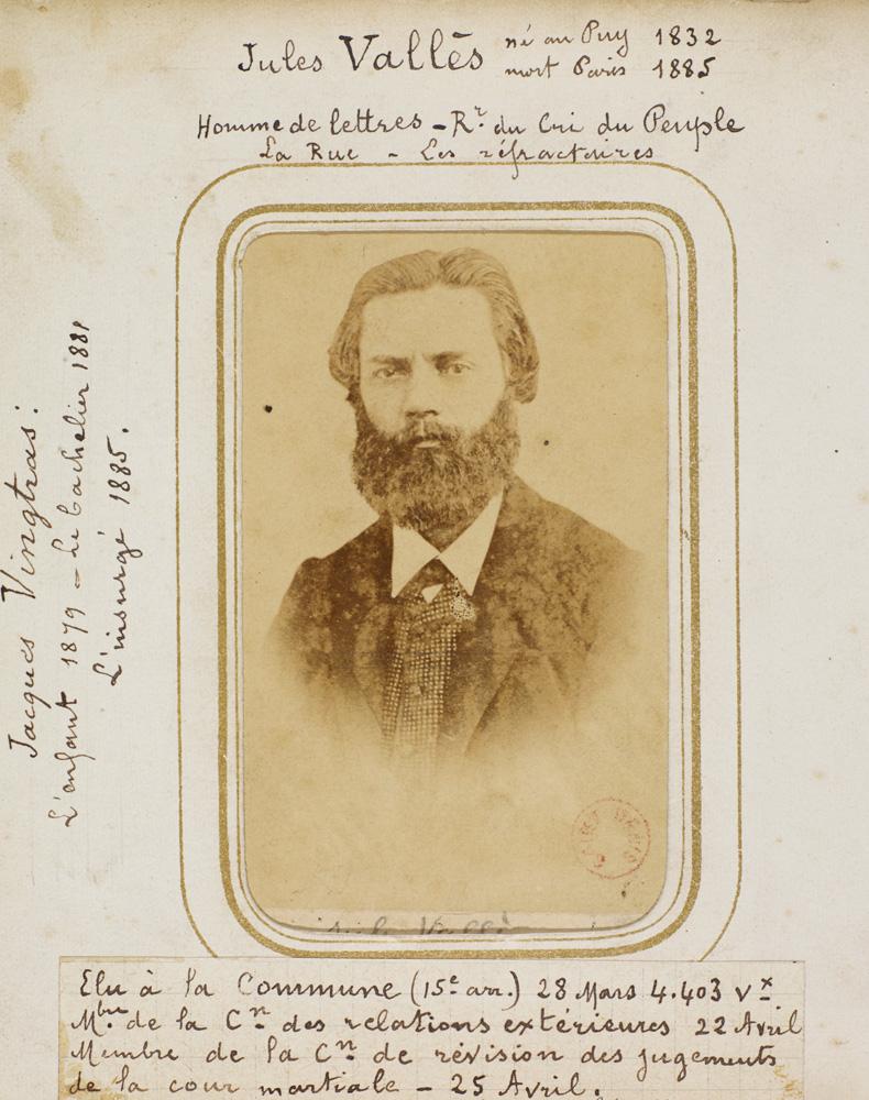 Portrait photographique en buste de Jules Vallès, écrivain et journaliste français. L'homme barbu et cheveux mi-longs portant un costume et une cravate