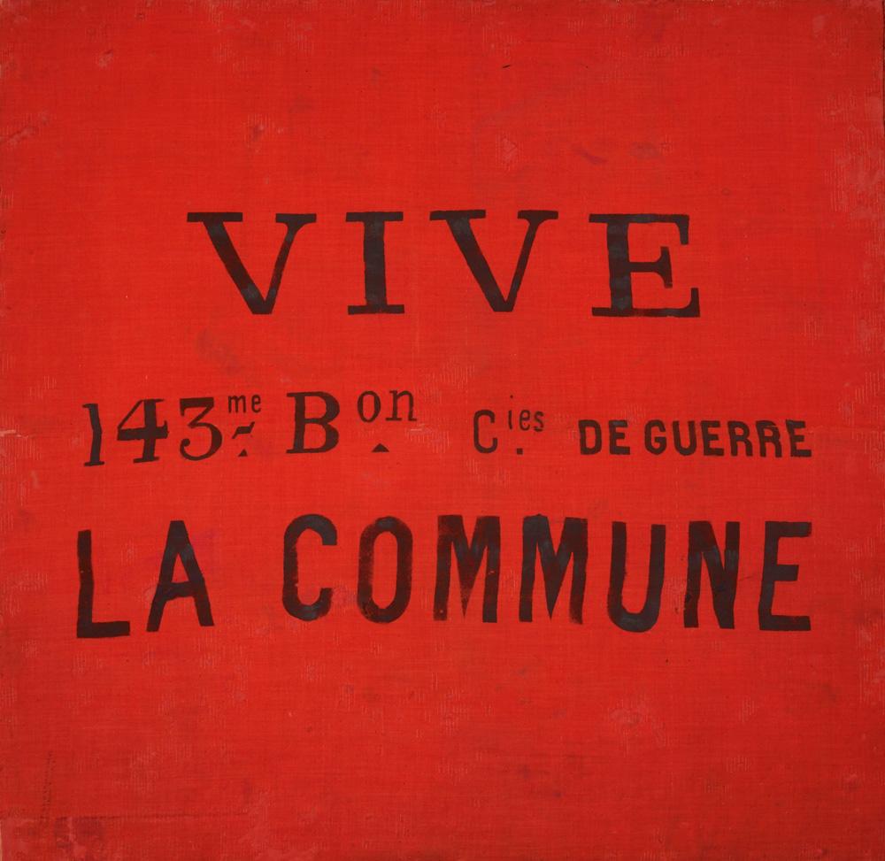 drapeau de laine rouge portant l'inscription Vive la Commune peinte en noir ayant servi à un bataillon fédéré pendant la Commune de Paris en 1871